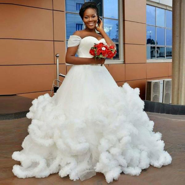 Sweetheart Off Shoulder Ball Gown White Wedding Dress Tulle Bridal Dress Gown Sweep Train